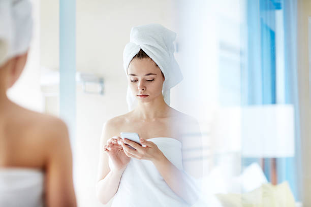 sms before dating - cell phone toilet stockfoto's en -beelden