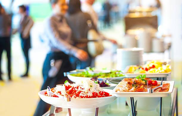 snack in der konferenz-kaffeepause - essen vom buffet stock-fotos und bilder