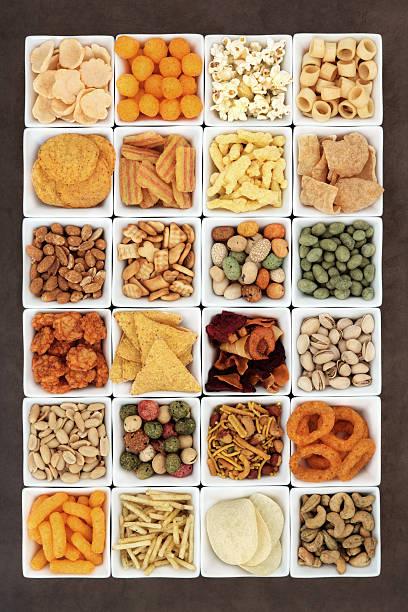 snacks-sampler - gemüsechips stock-fotos und bilder