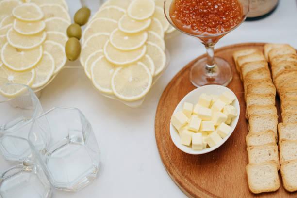 snack für alkoholische getränke auf dem buffettisch - oliven wohnzimmer stock-fotos und bilder