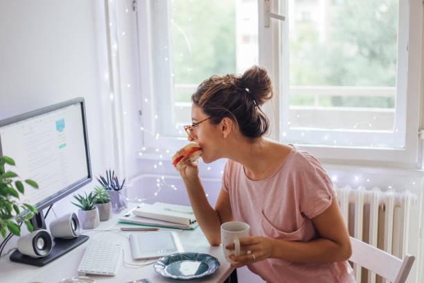 Snack en la oficina en casa - foto de stock