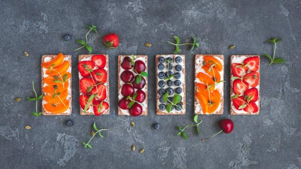 snack mit knäckebrot, frisches obst. flach legen, top aussicht - quarkspeise stock-fotos und bilder