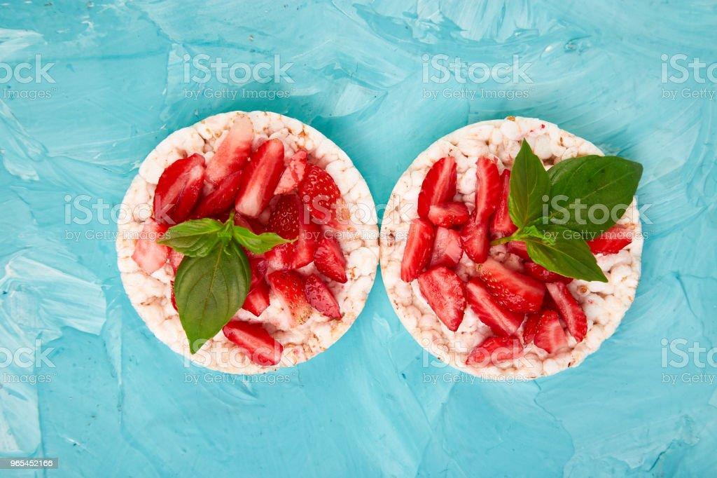 薄脆米飯和新鮮水果小吃 - 免版稅三文治圖庫照片