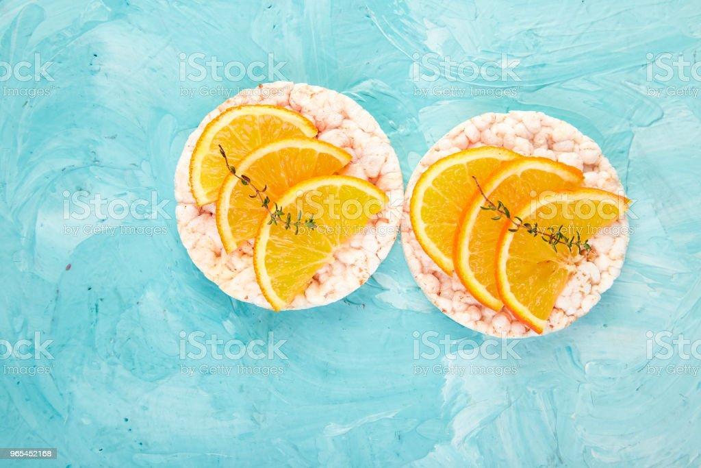쌀 crispbread와 신선한 과일 간식 - 로열티 프리 개념 스톡 사진
