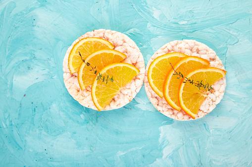 쌀 Crispbread와 신선한 과일 간식 개념에 대한 스톡 사진 및 기타 이미지