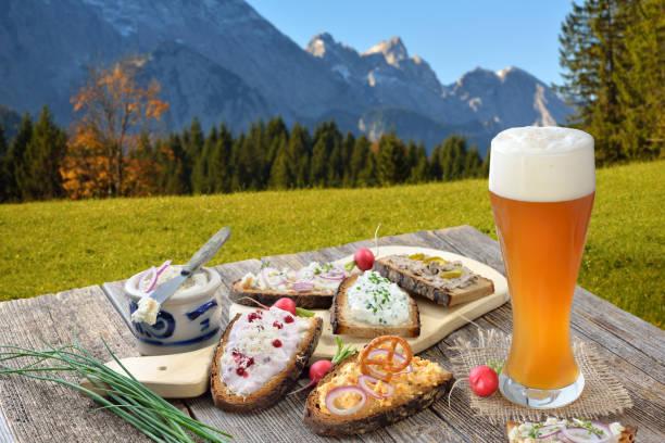 snack mit spreads in den bayerischen alpen - bayerische brotzeit stock-fotos und bilder