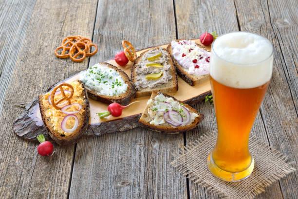 snack mit spreads - bayerische brotzeit stock-fotos und bilder