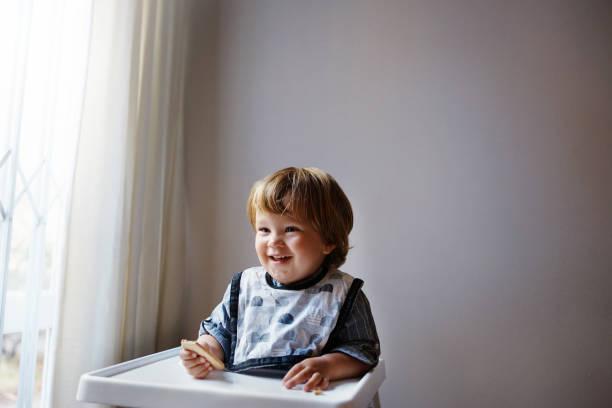 naschen macht ihn glücklich - langes lätzchen stock-fotos und bilder