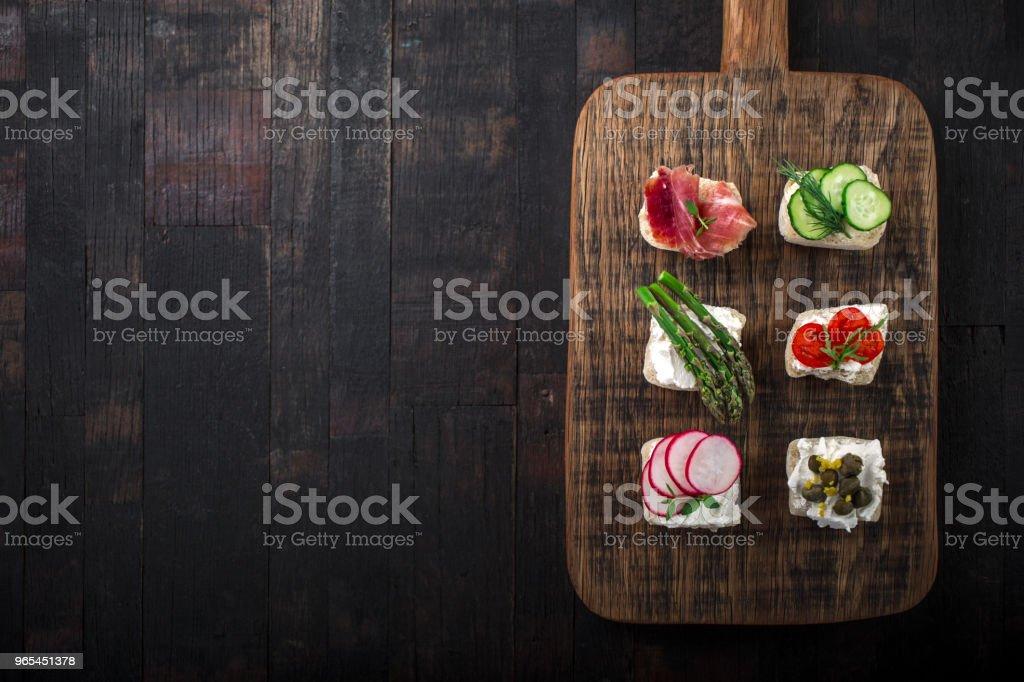 snacks on a wooden board zbiór zdjęć royalty-free