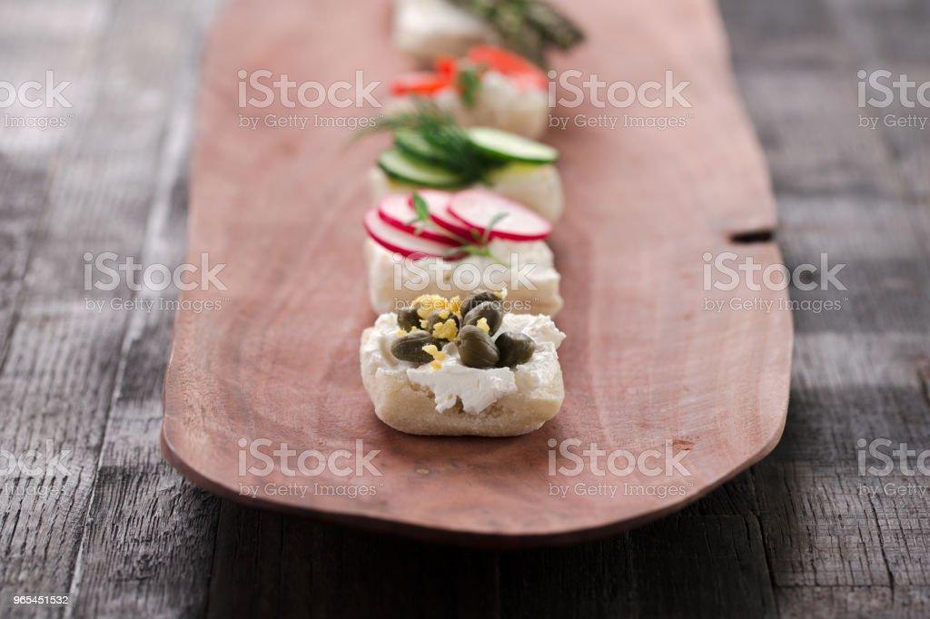 木制木板上的零食 - 免版稅一組物體圖庫照片