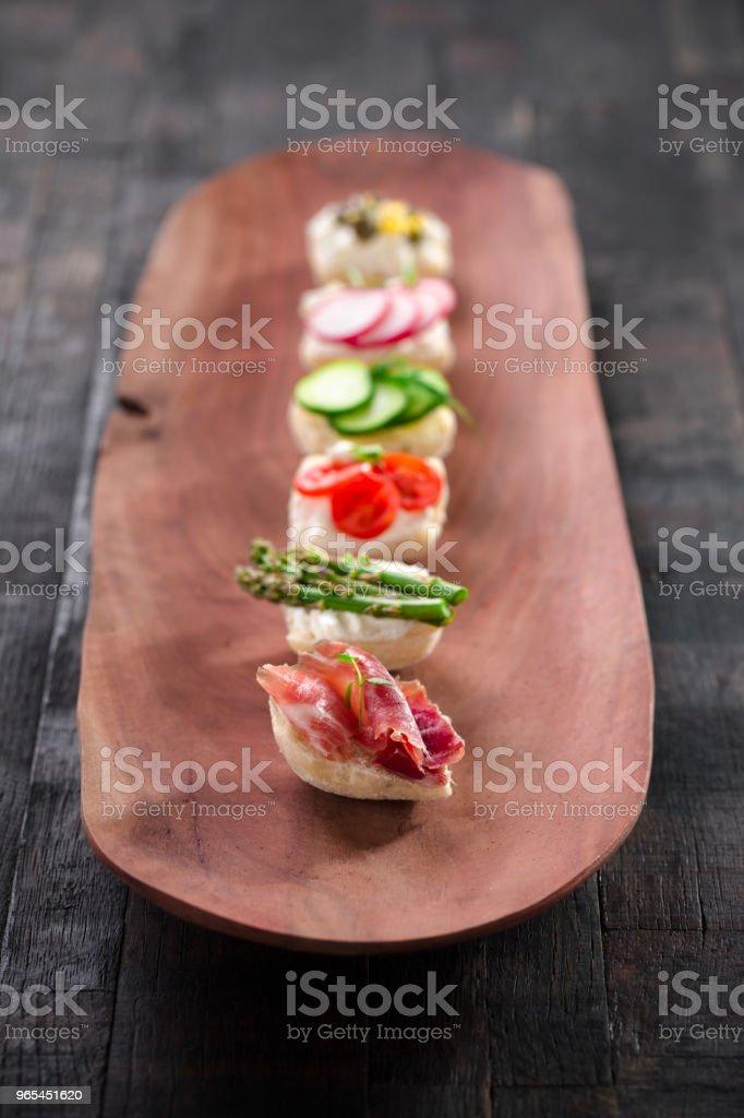 collations sur une planche de bois - Photo de Aliment libre de droits