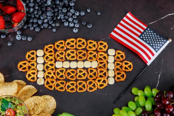 snacks für american bowl super beobachten partei-draufsicht - spieltag vorspeisen stock-fotos und bilder