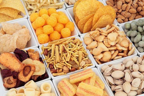 und snacks - gemüsechips stock-fotos und bilder
