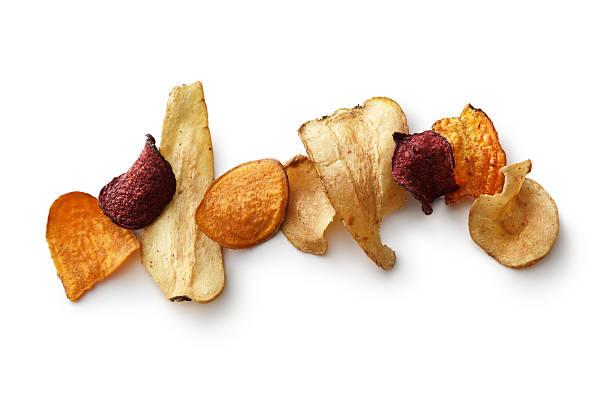 imbisse : gemüse chips isoliert auf weißer hintergrund - gemüsechips stock-fotos und bilder
