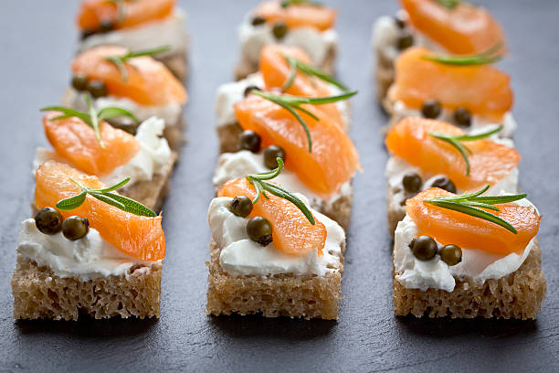 snacks mit geräuchertem Lachs – Foto