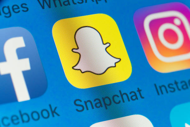 Snapchat, Facebook, Instagram and other cellphone Apps on iPhone screen - foto stock
