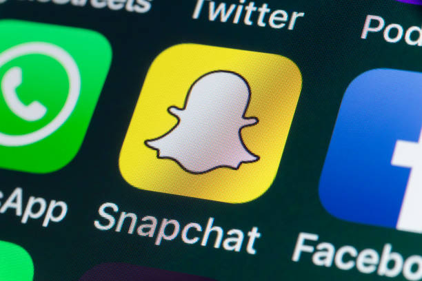 snapchat, facebook, whatsapp and other phone apps on iphone screen - big tech foto e immagini stock