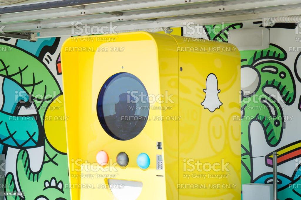 Máquina expendedora de gafas Snapchat vende lentes de cámara que son capaces de enviar contenido directamente a la plataforma de medios sociales, Snapchat. - foto de stock