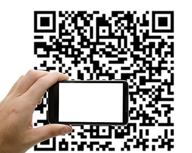 щёлкать qr-код с мобильного устройства - hand holding phone стоковые фото и изображения