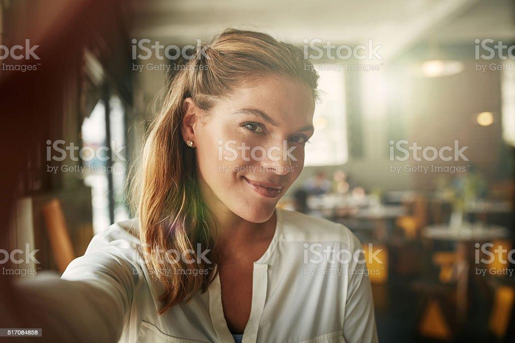 Chasquear autorretratos café en la tienda - foto de stock