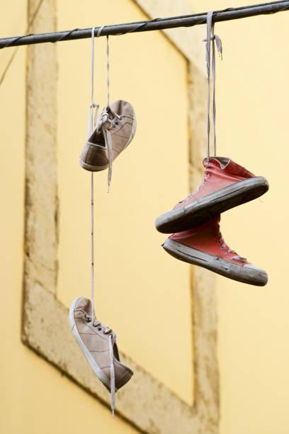 sneaker-hängend - kabelschuhe stock-fotos und bilder