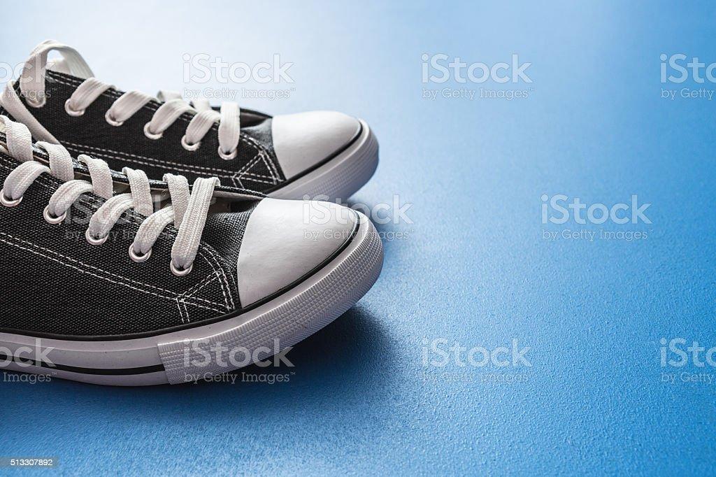 84a317dd Zapatillas En Fondo Azul Foto de stock y más banco de imágenes de ...