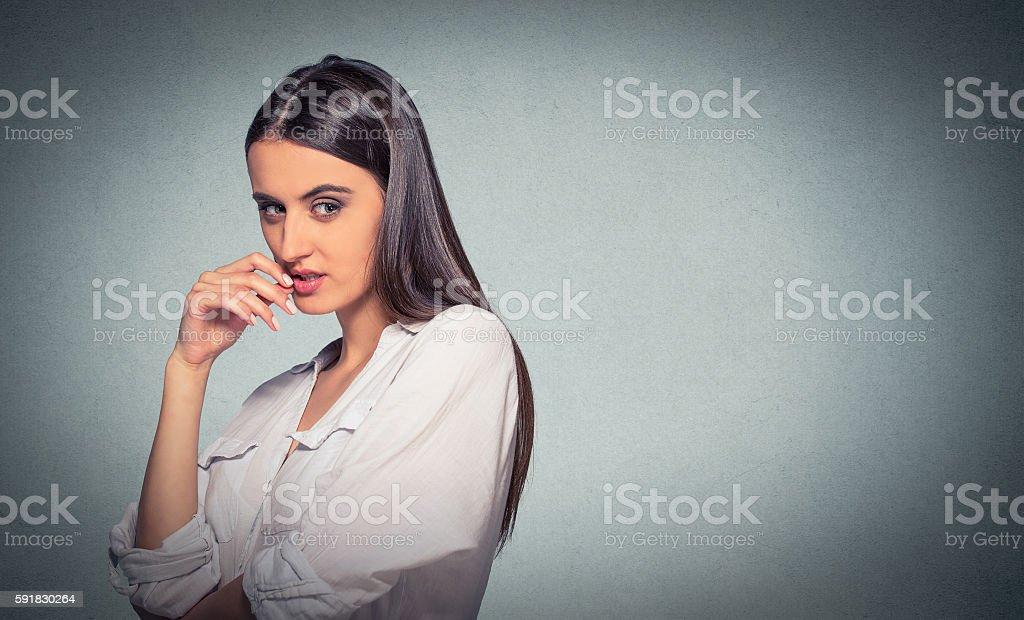 Espertinho, esperta, scheming mulher plotting algo - foto de acervo