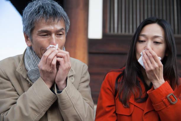 鼻水 - くしゃみ 日本人 ストックフォトと画像