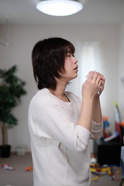 鼻水女性 - くしゃみ 日本人 ストックフォトと画像