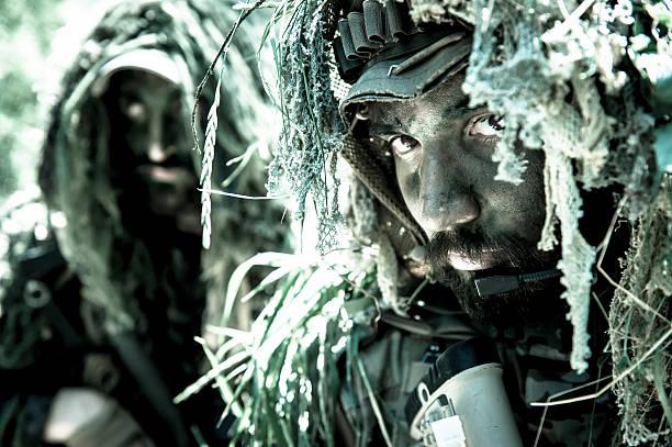 scharfschütze und neueste modernen soldaten in nahaufnahme mit ghilly-anzug - flecktarn stock-fotos und bilder