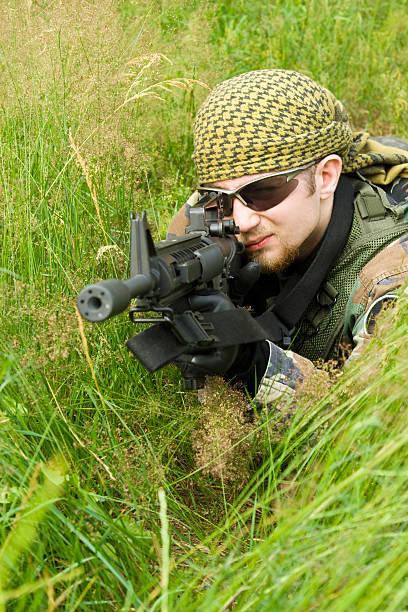 Francotirador sentar en una hierba - foto de stock