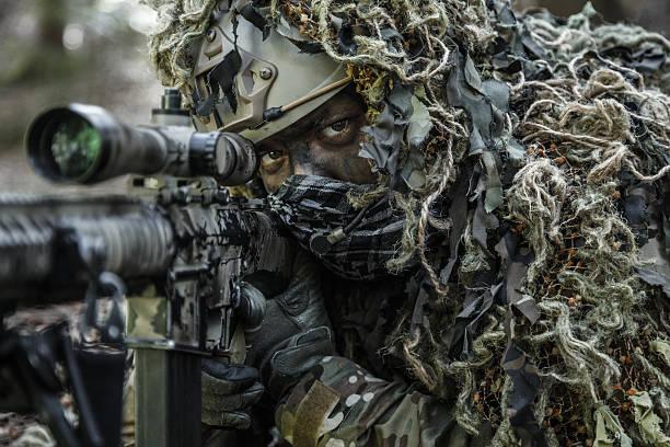 sniper wearing ghillie suit - flecktarn stock-fotos und bilder