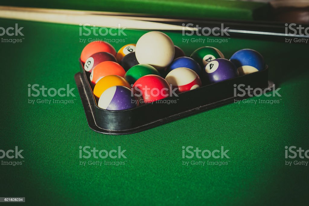 Snooker ball and stick on billiard table - foto de acervo