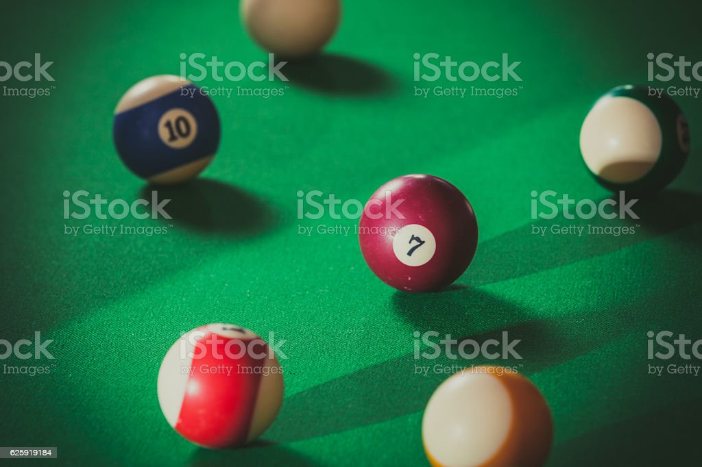 Snooker ball on billiard table - foto de acervo