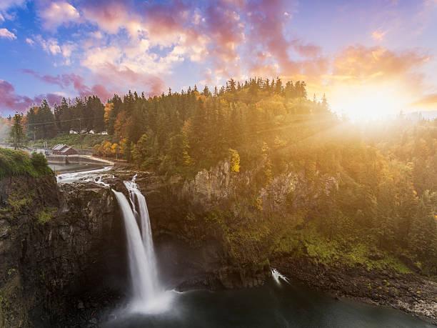 cascate del passo di snoqualmie in autunno - snoqualmie foto e immagini stock