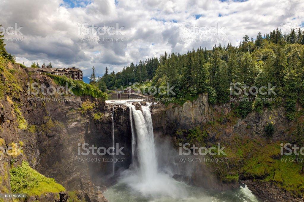 Snoqualmie Falls im US-Bundesstaat Washington an einem bewölkten Tag – Foto