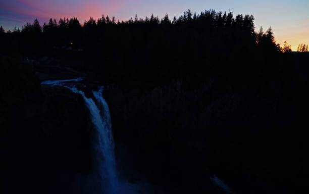 snoqualmie falls nightfall - snoqualmie foto e immagini stock