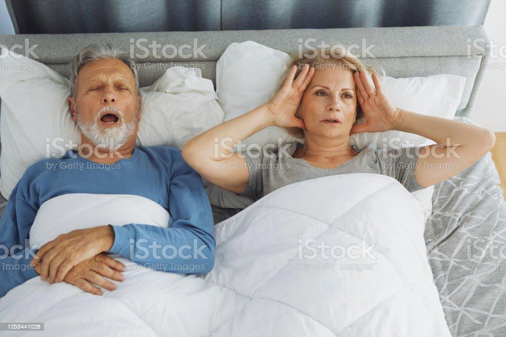 Snoring ist ein ernstes Problem für die zweite Person - Lizenzfrei Alter Erwachsener Stock-Foto