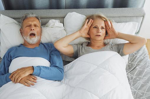 Snoring Ist Ein Ernstes Problem Für Die Zweite Person Stockfoto und mehr Bilder von Alter Erwachsener