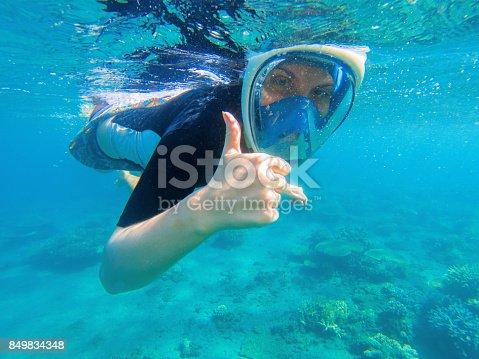 288e6d4de Foto de Mergulho De Mulher Mostra O Polegar Garota Snorkel Máscara De Mergulho  Integral e mais fotos de stock de Adulto - iStock