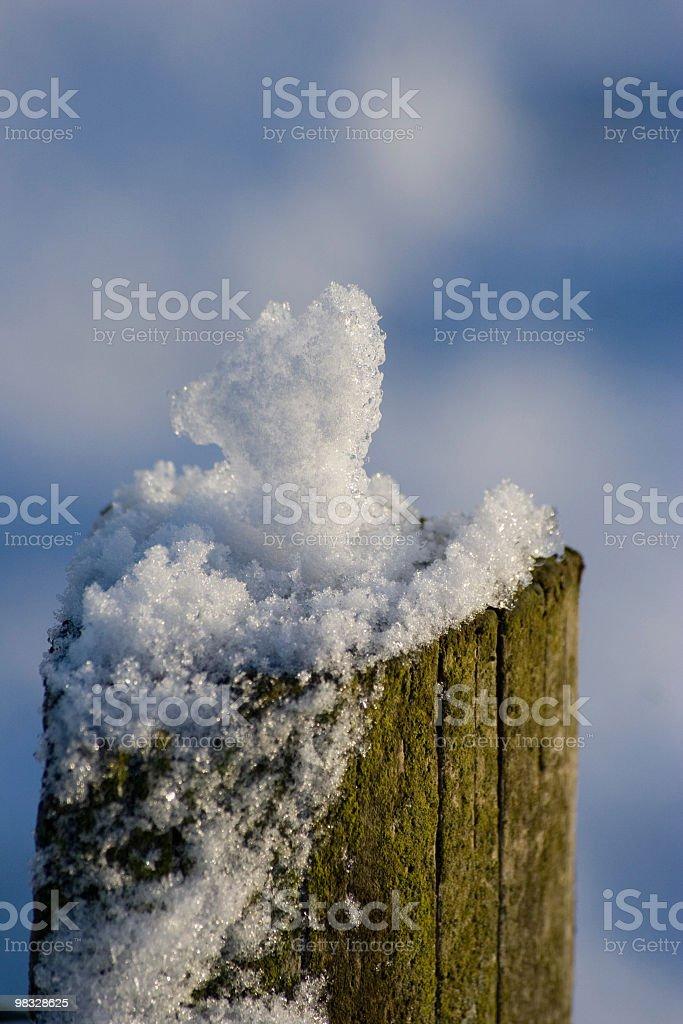 Neve e ghiaccio su Palo di legno foto stock royalty-free