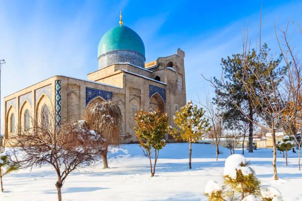 Schnee und Park rund um die verzierte Moschee von Hazrati Imam Komplex, religiöses Zentrum von Taschkent, Usbekistan – Foto