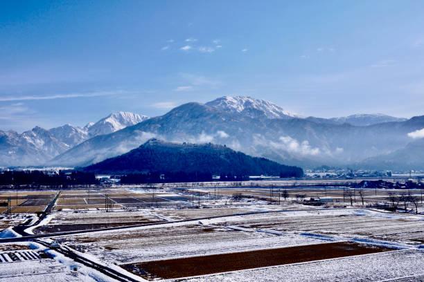 雪封山和稻田圖像檔