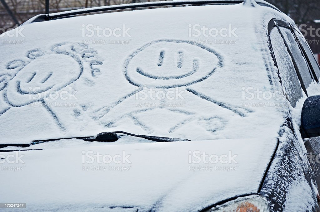 Schneebedeckte Auto Windschutzscheibe mit einem Lächeln in den Schnee geschrieben – Foto