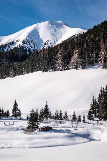 Schneebedeckter gefrorener See im Ferienort Hohentauern am Wintertag – Foto