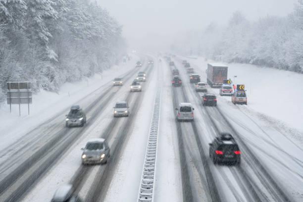 snötäckta motorväg i österrike med bilar ur fokus - cold street bildbanksfoton och bilder