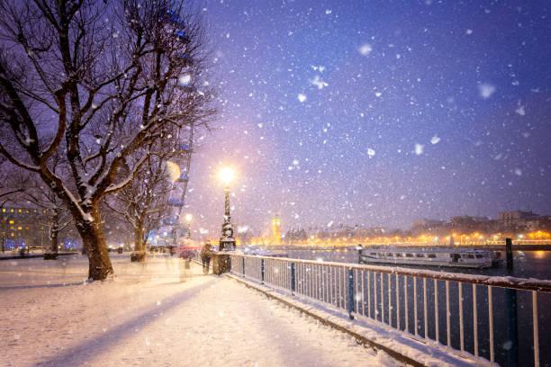 schneebedeckte jubilee gardens in london in der abenddämmerung - weihnachtsstadt stock-fotos und bilder