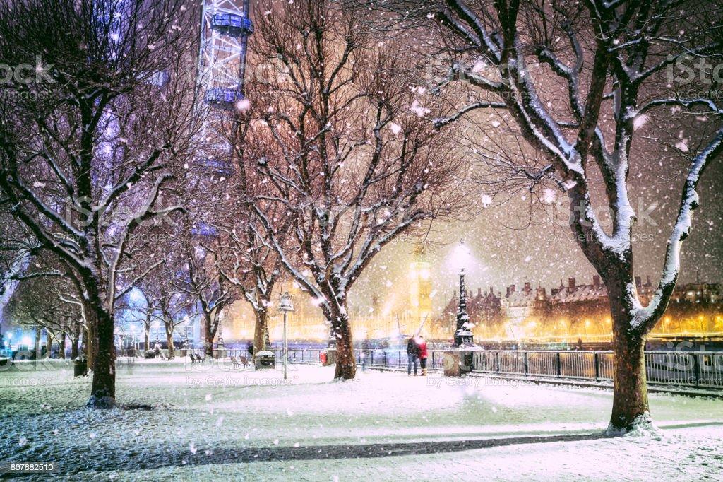 Schneebedeckte Jubilee Gardens in London in der Abenddämmerung – Foto