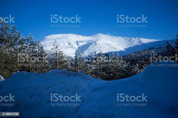 Snow covered mountain peaks in sierra de guadarrama madrid picture id516604290?b=1&k=6&m=516604290&s=612x612&h=acj3hjtsg5rokbdc3y8vnq0vrhg cgsxh8nljsc403e=