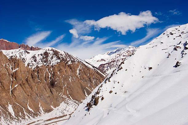 schneebedeckte berge in mendoza, argentinien - elemi stock-fotos und bilder